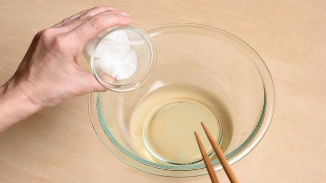 酢、砂糖、塩を混ぜて合わせ酢を作る