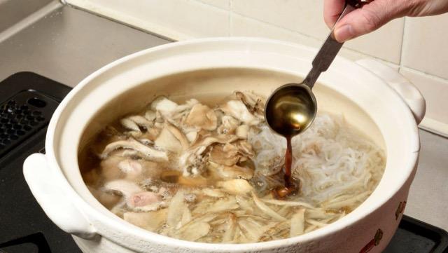 鶏肉に火が通ったら醤油、酒で味を調える