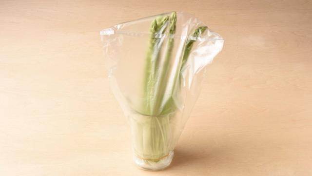 アスパラガスは水を少量入れたビンに立て、冷蔵室で保存
