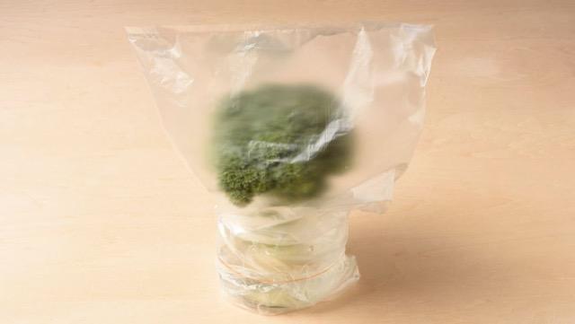 ブロッコリーは水を少量入れたグラスに立て、冷蔵室に保存