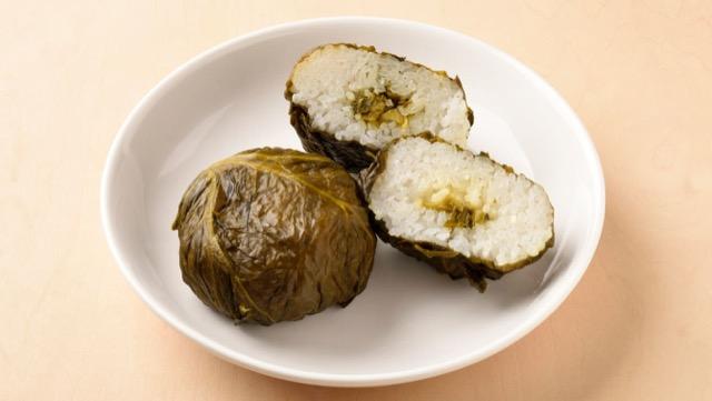 浅漬けの高菜を巻いた三重県の高菜巻き目張りおにぎり