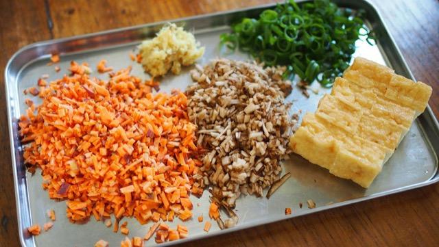焼き肉タレが最高に合うランチレシピ!にんじんとごぼうの焼き飯の作り方の画像