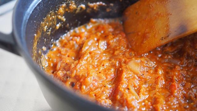 材料にニンニクとショウガを入れ、じっくりと炒める