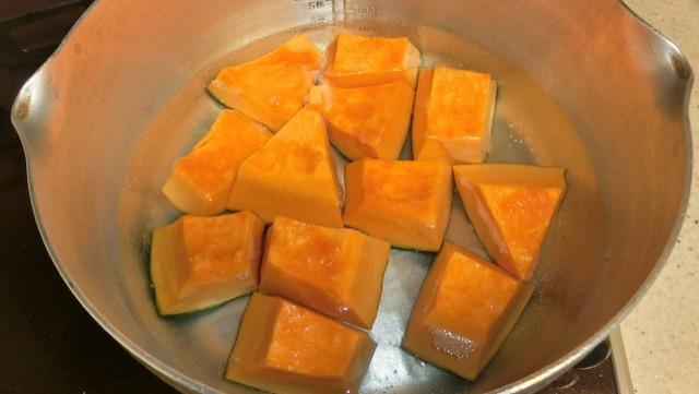 鍋はかぼちゃがちょうど並ぶくらいの大きさにすると、煮崩れしにくい