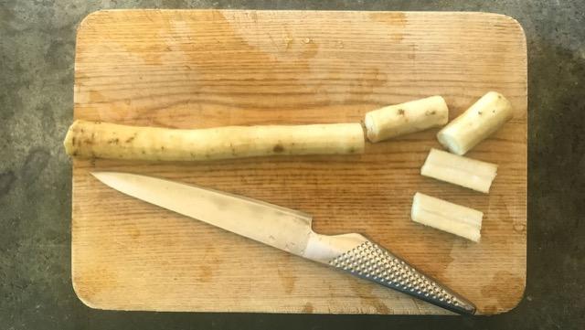 ごぼうは3~5cm長さに切って縦半分にする