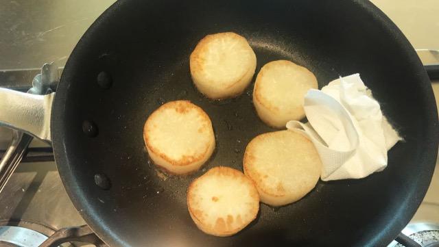 香ばしく焼き上がったらプライパンの余分な油をふき取る