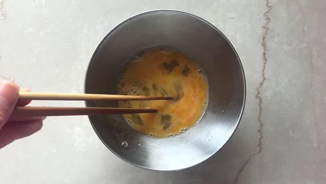 卵は切るように混ぜて白身を残す