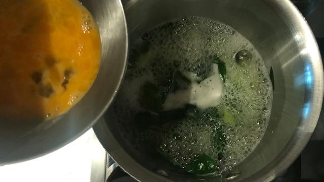 トロみが付いて沸騰したら卵を流し入れる
