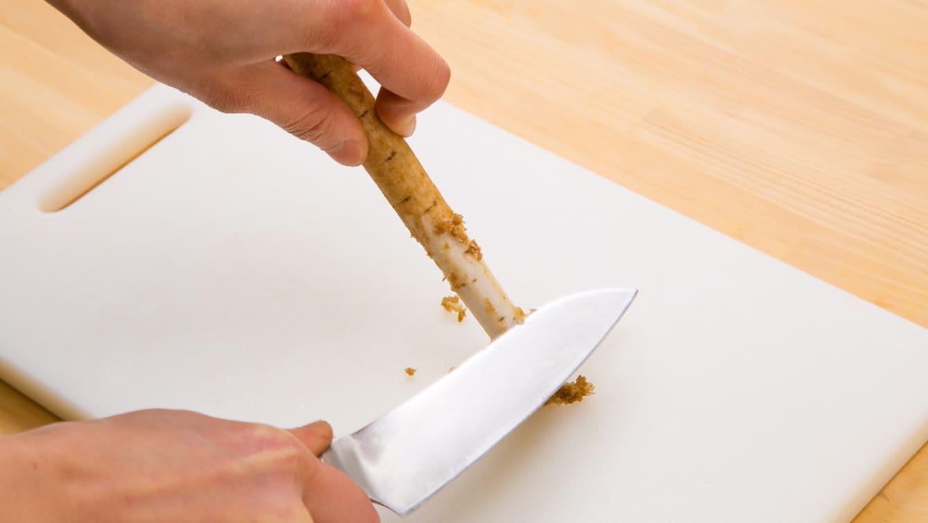 Di chuyển mặt sau của con dao so với bề mặt và nhẹ nhàng lột da.